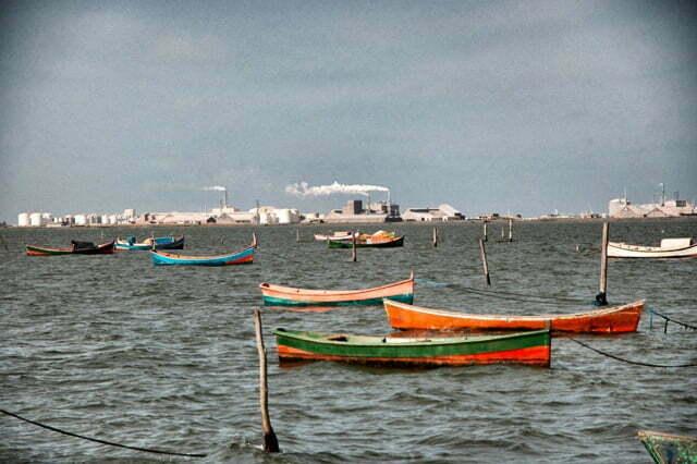 Imagem de lagoa e refinaria em Rio Grande, RS