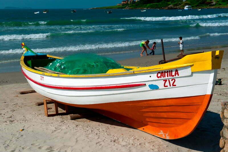 baleeira na praia de garopaba